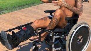 """""""Você tem que ter uma atitude positiva e tirar o melhor da situação na qual se encontra - Stephen Hawking"""", escreveu Neymar nas redes sociais, citando o cientista morto nesta quarta-feira, 14 de março de 2018."""
