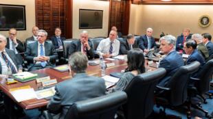 Tổng thống Mỹ Donald Trump cùng phó tổng thống Mike Pence họp nội các cố vấn chủ chốt tại Nhà Trắng xem xét vụ Iran tấn công căn cứ Mỹ tại Irak  ngày 7/1/2020.