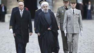 O ministro francês das Relações Exteriores, Laurent Fabius (à esq.), e o presidente do Irã, Hassan Rohani (centro) durante cerimônia no Hotel dos Inválidos em Paris, em 28 de janeiro de 2016