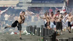 Hinchas rusos e ingleses se enfrentan en Marsella antes del partido, este sábado 11 de junio de 2016.