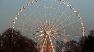 图为协和广场上巨型瞰看巴黎景色转轮