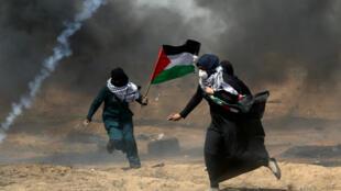 Palestinas manifestando en Gaza, en la frontera con Israel.