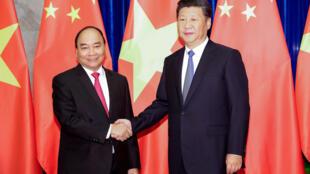 Chủ tịch Trung Quốc Tập Cận Bình (phải) và thủ tướng Việt Nam Nguyễn Xuân Phúc tại Đại Lễ Đường Nhân Dân ở Bắc Kinh, ngày 13/09/2016.