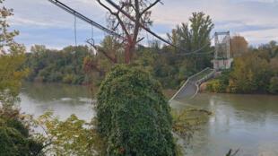 图为法国靠近图卢兹的Mirepoix-sur-Tarn吊桥18日垮塌,一辆小车和一辆卡车坠入河中,至少一人丧生。