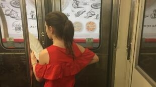 Jovem se abana em vagão do metrô de Paris em 21 de junho de 2017