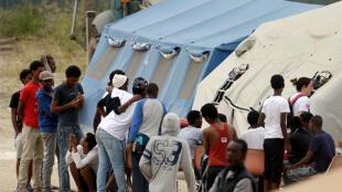 Des migrants  sont installés dans un camp de la Croix rouge italienne près de la gare de Tiburtina, à Rome.