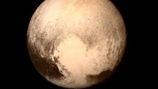 """Plutón y su corazón llamado por el momento """"región de Tombaugh"""" en honor a Clyde Tombaugh, descubridor de Plutón en 1930."""