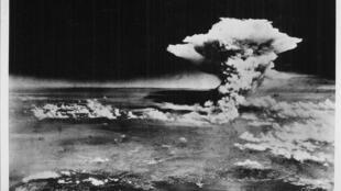 Le nuage atomique au-dessus de Hiroshima après l'explosion de la bombe nucléaire, le 6 août 1945.