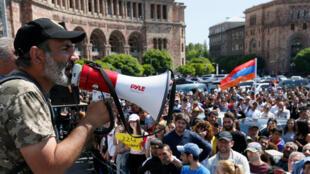 O líder da oposição Nikol Pachinian durante manifestação em Erevan (26/04/2018).