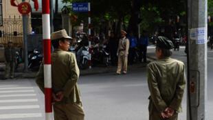 Công an Việt Nam trên đường phố Hà Hội. Ảnh minh họa.