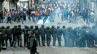 Enfrentamientos entre la oposición y fuerzas del orden en San Cristobal, Venezuela, el 26 de octubre de 2016.