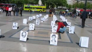 Портреты погибших ликвидаторов аварии на Чернобыльской АЭС. Париж, площадь Трокадеро, 26 апреля 2010.