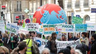 Des milliers de personnes ont manifesté à Paris pour réclamer des mesures urgentes contre le réchauffement climatique, samedi 16 mars 2019.