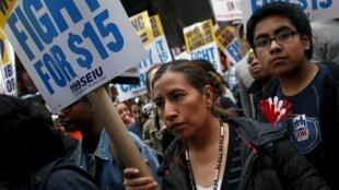 Manifestantes en Nueva York exigen aumentos salariales, el pasado 15 de abril de 2016.
