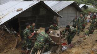 Exército ajuda na operação de resgate em Chittagong, Bangladesh.