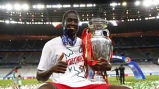 Eder posa a 10 de Julho com a Taça da Europa conquistada pela primeira vez por Portugal graças ao seu golo contra a equipa da casa, a França.