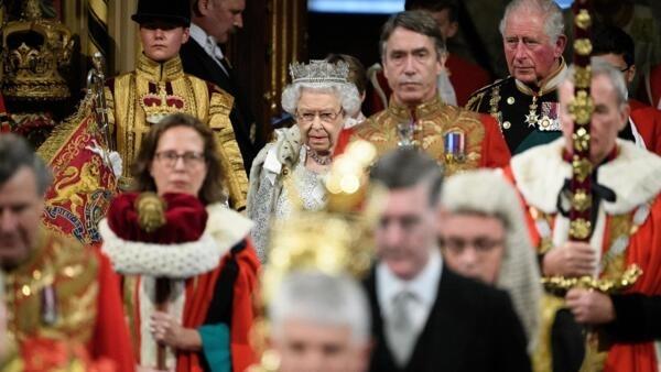 英國女王伊麗莎白二世在議會復會前發表演講。