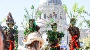 Tuần hành của nhóm The Forgotten Solution với trang phục giả cây cối, tham gia phong trào Vùng lên vì Khí hậu/Rise For Climate, 8/9/2018, San Francisco, California.