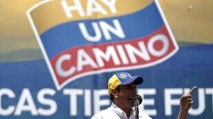 Opposition candidate Henrique Capriles talks to supporters during a presidential election rally in Caracas, 15 July 2012