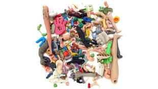 """Oeuvre en plastique jeté: """"La poubelle d'un homme est le trésor d'un autre"""" par Steve McPherson. (Image d'illustration)"""