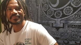 """Alexandre Carlo, da banda Natiruts, conversou com a RFI no camarim da casa de shows Elysée Montmartre, em Paris, onde apresentou o show de seu novo disco, """"I love""""."""