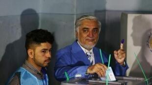 Le candidat afghan à la présidentielle Abdullah Abdullah dans un bureau de vote à Kaboul en septembre dernier.