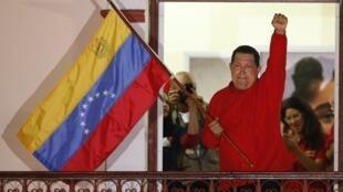 Hugo Chávez en el balcón del Palacio de Miraflores.