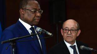 Le ministre français des Affaires étrangères Jean-Yves Le Drian (dr.) lors d'une conférence de presse conjointe avec Mankeur Ndiaye, à l'ambassade de France à Dakar, le 15 juin 2017.