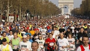 A largada da Maratona de Paris aconteceu na avenida Champs Elysées, na manhã de domingo.
