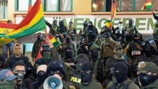 Polícias de Cochabamba, a 8 novembro de 2019, contra a reeleição do presidente Evo Morales
