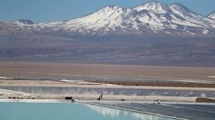Une vue des bassins d'eau salée d'une mine de lithium, dans le désert d'Atacama, au Chili.