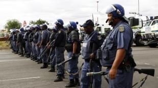 Policiers en ordre de bataille à Rustenberg. C'est la réponse du gouvernement aux marches des mineurs en grève, le 16 septembre 2012.