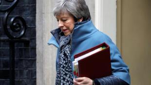 A primeira-ministra Theresa May à saída de Downing Street.