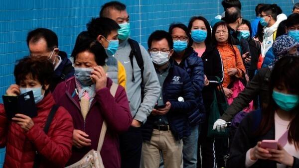 香港市民排隊購買預防武漢肺炎的口罩,2020年1月28日。