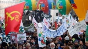 Segundo a CGT, entre 350.000 e 400.000 manifestantes marcharam em Paris, sexta-feira, 24 de janeiro de 2020.