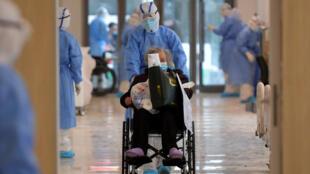 Paciente infectado pelo coronavírus Covid-19 é recebido no Hospital de Wuhan, na província de Hubei.
