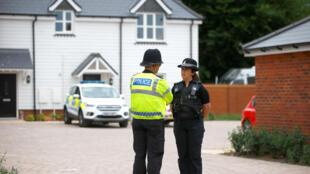Полицейские в Эймсбери после госпитализации Доун Стерджес и Чарли Роули.