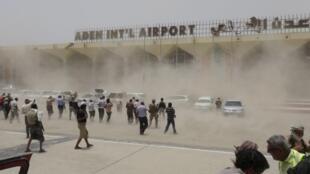 Avião da coalizão árabe aterrissa e levanta nuvem de poeira em aeroporto de Aden