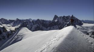 Alpiniste devant la Dent du Géant, dans le massif du Mont-Blanc.
