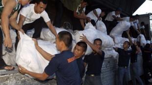 Lính Philippines chuyển hàng cứu trợ đến các nạn nhân thiên tai (REUTERS)