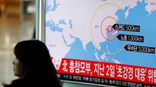 Televisão mostra local onde a Coreia do Norte lançou nesta segunda-feira quatro mísseis balísticos.