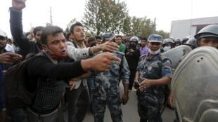 Vítimas dos terremotos e nepaleses discutem com a polícia local durante protesto contra a falta de ajuda por parte do governo, em Katmandu, nesta quarta, 29 de abril de 2015.