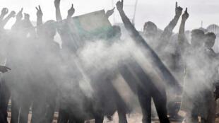 Des Cachemiriens lors d'affrontements avec les forces de sécurité indiennes, après la démolition du statut constitutionnel spécial du Cachemire par le gouvernement indien, à Srinagar, le 23 août 2019.