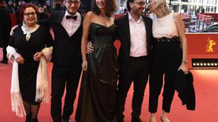 (De G à D): les acteurs du film «Hedi» Sabah Bouzouita,  Majjd Mastoura, Rym Ben Messaoud, le réalisateur  Mohammed Ben Attia, et  l'actrice  Dora Bouchoucha  au 66e festival du film de Berlin, le 12 février 2016.