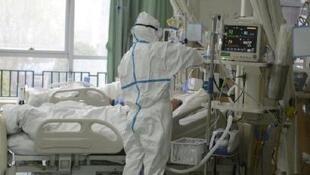 به گقته منابع بهداشتی، شمار قربانیان و مبتلایان به کرونا در ایران در حال افزایش است.