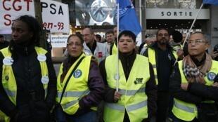 Trabalhadores da PSA fizeram manifestação contra demissões hoje diante da sede da empresa, em Paris.