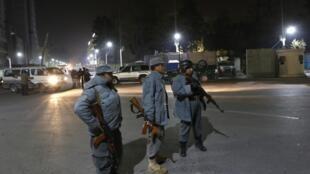 Афганская полиция возле Французского института в Кабуле