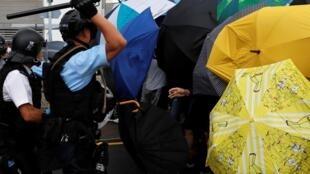 Cảnh cánh sát tìm cách giải tán biểu tình tập hợp trước lễ kỷ niệm ngày Hồng Kông trao trả cho Trung Quốc. Ảnh 1/07/2019.