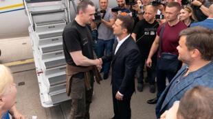 Tổng thống Ukraina Volodymyr Zelensky chào đón đạo diễn Oleg Sentsov vừa được trao trả, tại sân bay Borispil, ngoại ô Kiev ngày 07/09/2019.