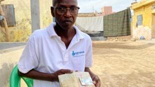 Abdoulaye Diop représente les réfugiés mauritaniens dans la vallée de Saint Louis. Son dernier passeport mauritanien a expiré en 1993 et sa carte de réfugiée au Sénégal n'est plus valide.